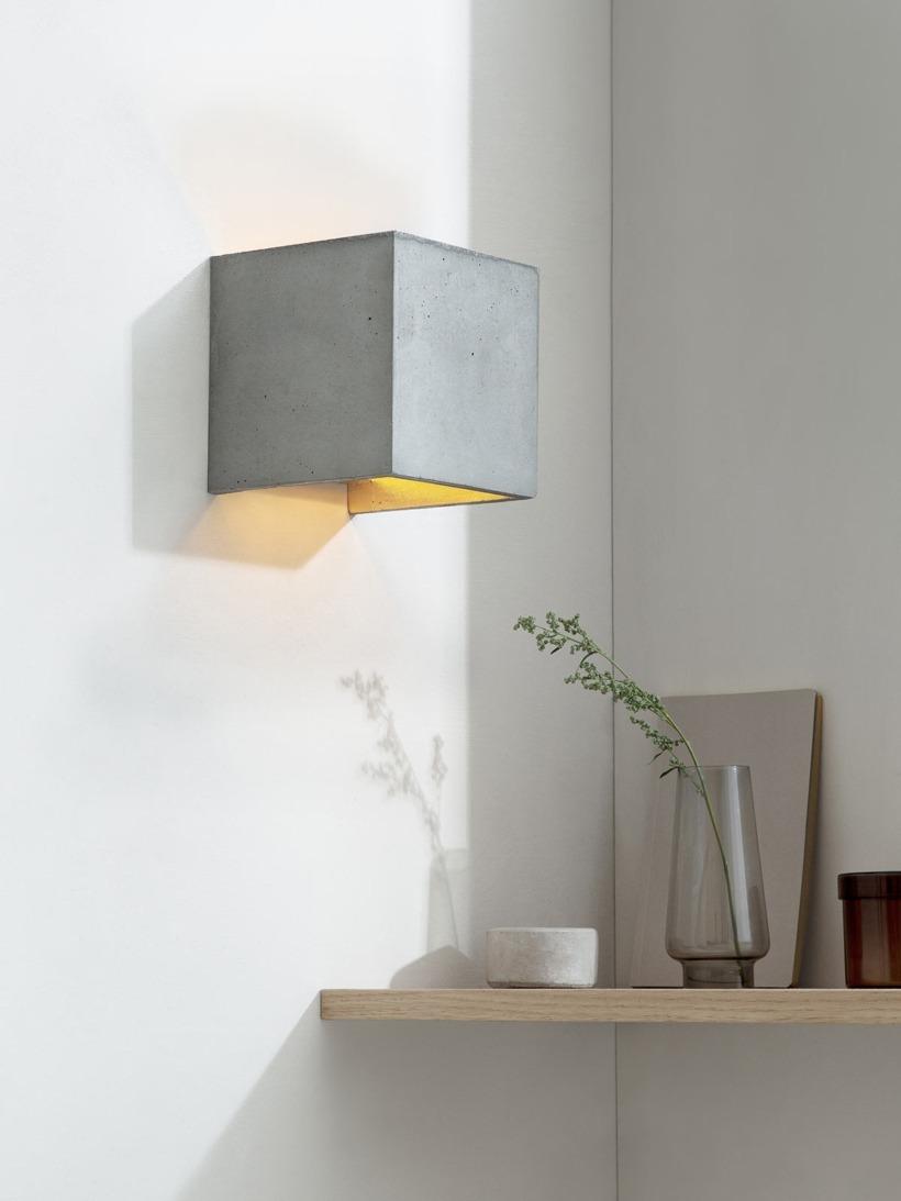 B3 Wandlampe Gold Beton kontext eingeschaltet
