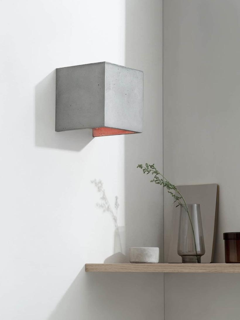 B3 Wandlampe Kupfer Beton kontext ausgeschaltet